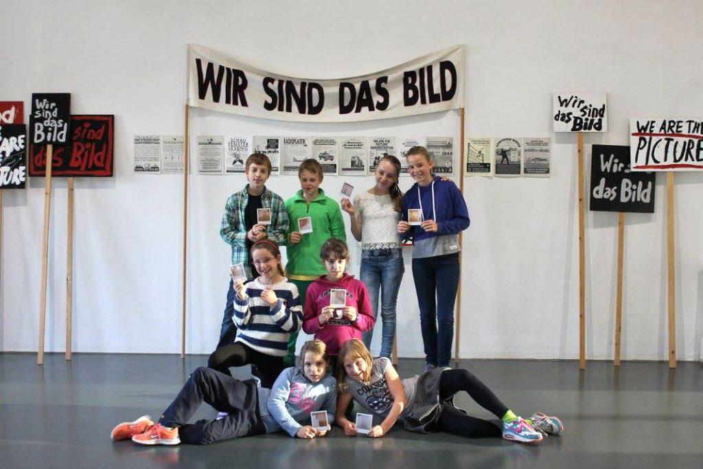 """Die Young Art Experts vor der Installation """"Wir sind das Bild"""" von Matthias Schamp"""